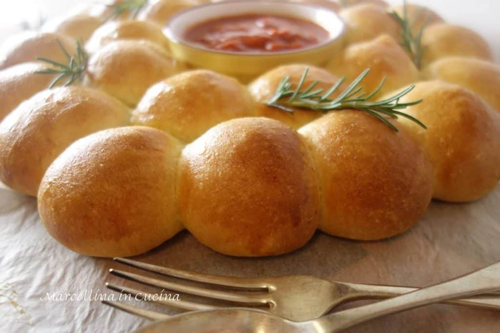 Cheese and Pesto Bread Wreath with Tomato Dipping sauce